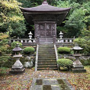 Ehemals ein Kloster der Hossō-shū wurde der Sōji-ji nach Einsetzung von Keizan Jōkin als Abt 1321 zu einem Zentrum der Sōtō-shū. Durch ein Feuer wurde es 1898 fast völlig zerstört, aber anschließend wieder aufgebaut. Die Auswirkungen eines Erdbebens 2007 sind heute noch sichtbar.  Der heutige Standort des Klosters ist Yokohama (Präfektur Kanagawa).