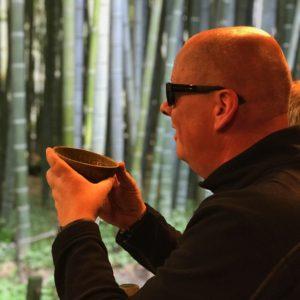 Eine Schale Tee im Bamboo Tempelgarten